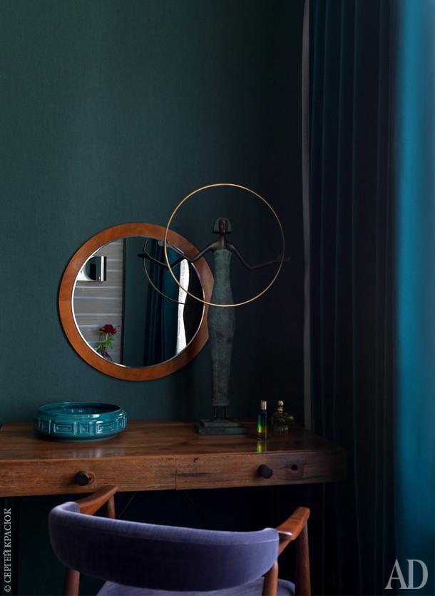 """Фрагмент спальни. Туалетный столик, Andrew Martin; стул куплен в Дании и обтянут тканью Zoffany; винтажное зеркало найдено на блошином рынке в Хельсинки; керамика, """"Детали""""; бронзовая скульптура, Taras Levko; шторы, Zoffany."""