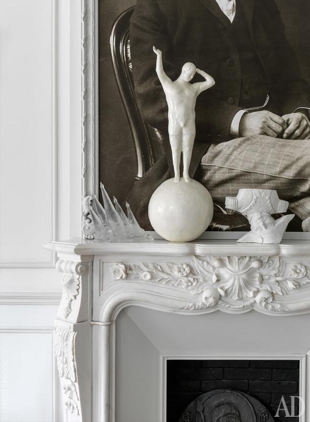"""Фрагмент гостиной. Накамине, сделанном назаказ, стоят скульптуры: """"Наполеон"""" Юрия Хоровского и Юрия Шабельникова и""""Юноша нашаре"""" ТатьяныАнтошиной."""