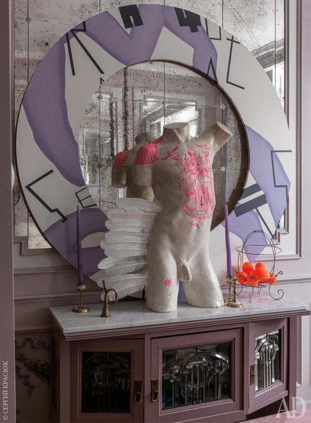"Фрагмент спальни. Комод найден на Вернисаже вИзмайлово, на комоде скульптура Прохора Машукова ""Инсталляция""."