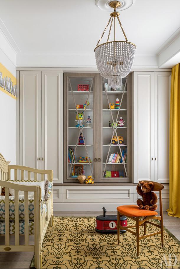 Комната младшего сына. Встроенная мебель сделана на заказ. Ковер, Dovlet House. Кроватка переехала в квартиру с дачи, она досталась младшему ребенку внаследство от старшего.