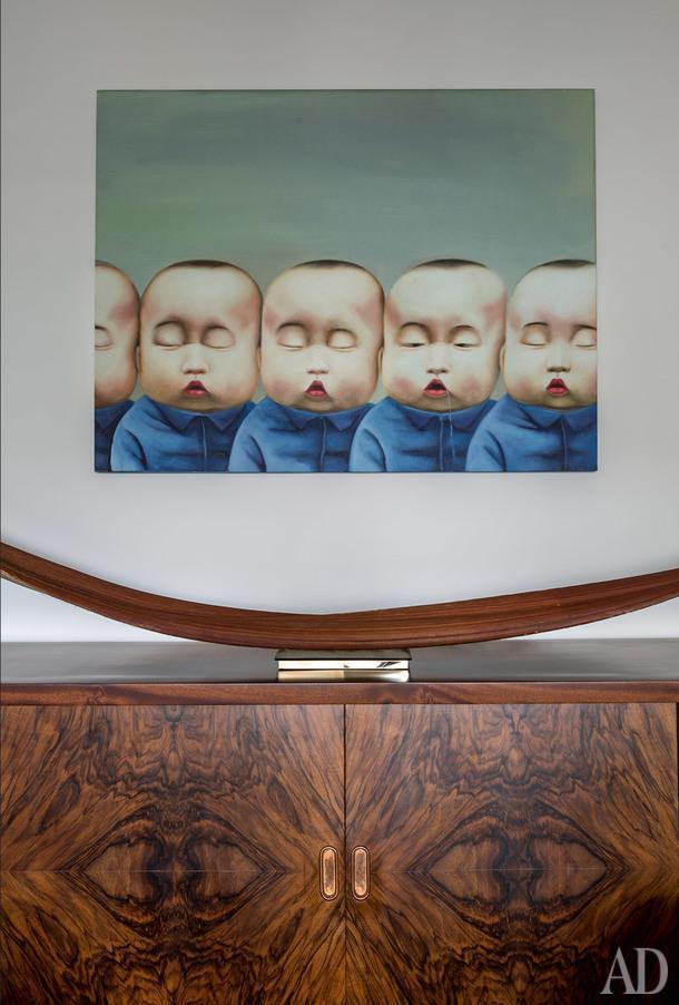 Картину неизвестного китайского художника Игорь после долгих уговоров купил у декоратора Анны Эрман, которая всвое время нашла эту работу на какой-то барахолке. Комод 1932 года Игорь присмотрел в Repeat Story для себя, но скрепя сердце поставил в этот интерьер.