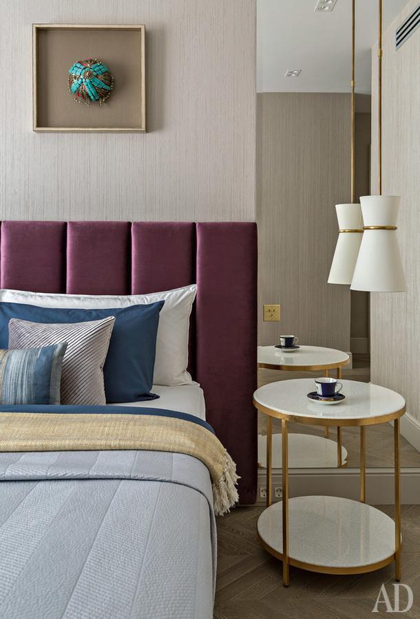Над кроватью в спальне хозяев — одна из двух афганских свадебных шапок. Светильник, VisualComfort&Co.