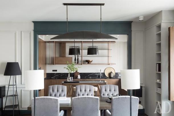 Вид из гостиной на кухню. Цветовая гамма квартиры монохромная, более темный портал выглядит как рама для картины.