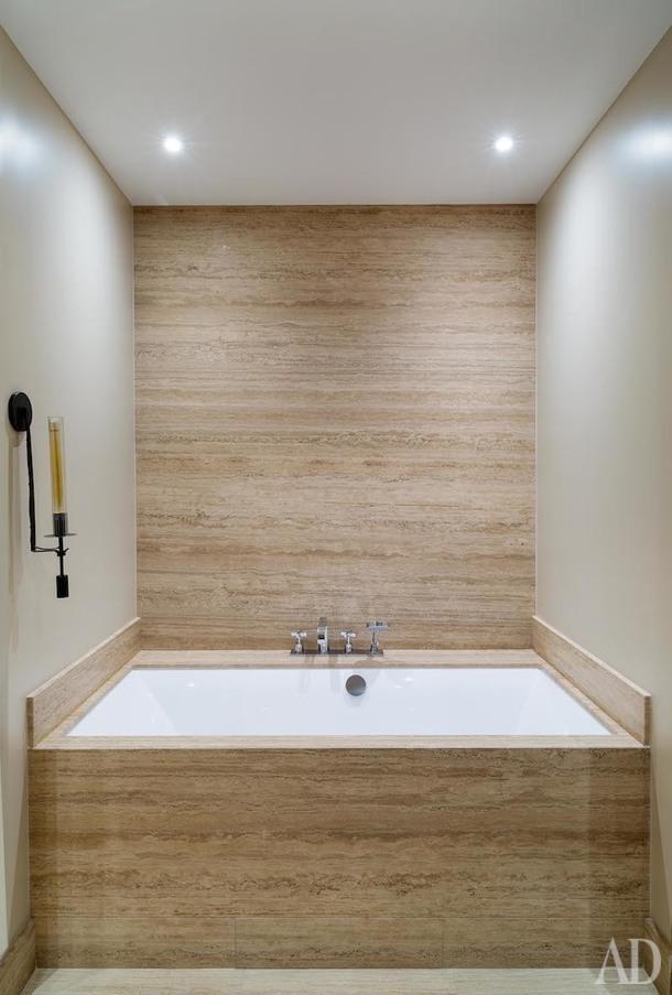Ванная комната. Стены облицованы слэбами из натурального сланца, компания «Каммекс». Бра Restoration Hardware.