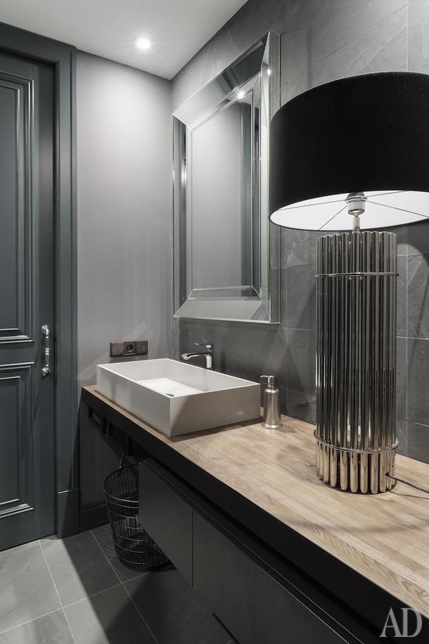 Гостевой санузел. Зеркало изготовлено на заказ по эскизам дизайнеров в мастерской «Грань-99». Подвесная тумба с выдвижными ящиками Moab 80. Настольная лампа Eichholtz.
