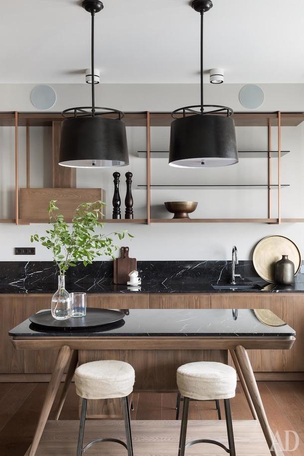 Кухня с островом Shake Design, подвесные светильники E.F.Chapman, барные стулья Arteriors Home.