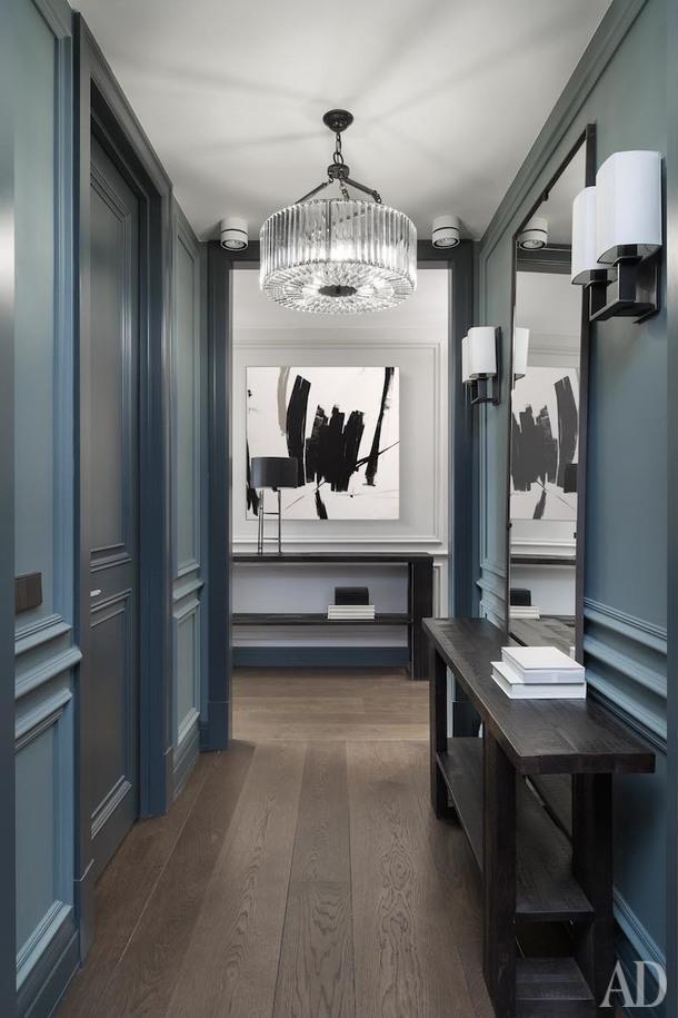 Коридор. Первое, что видит человек, вошедший в квартиру, — красивая анфилада с абстрактной картиной в конце.