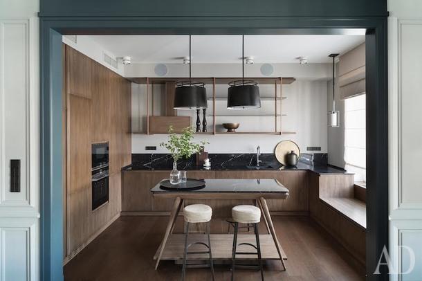 Кухня. Лежанка под окном выполняет роль лаунж-зоны.