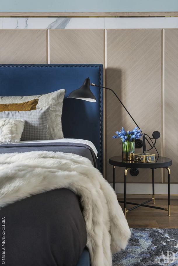 Спальня. Кровать и стеновые панели изготовлены по эскизам дизайнера;прикроватный столик, Ivano Redaelli.