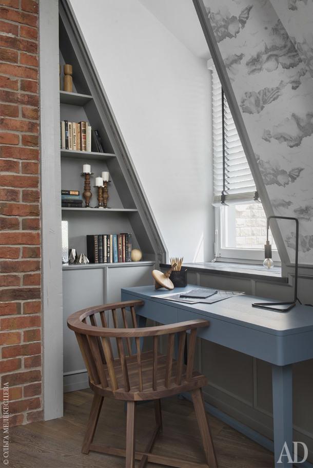 """Гостевая-кабинет. Стеллаж и панели изготовлены по эскизам дизайнера; письменный стол и стул, Gervasoni; декор, Liberty Home, BoConcept, """"Урбаника""""."""