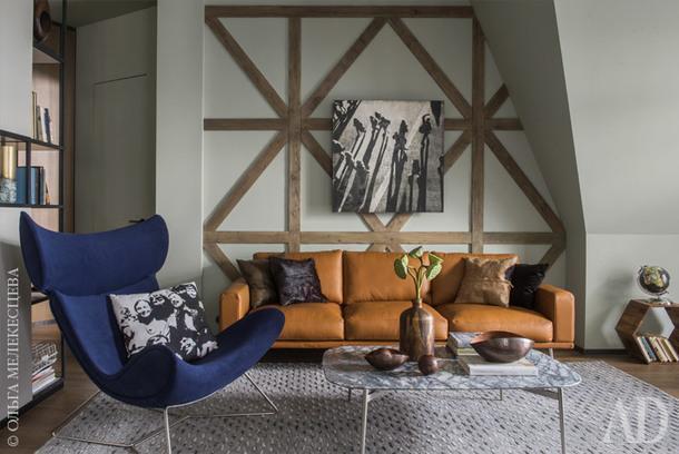 Гостиная. Кресло, диван, стол, BoConcept; стеллаж изготовлен по эскизам дизайнера; ковер, Surya; картина, ParagonPG.