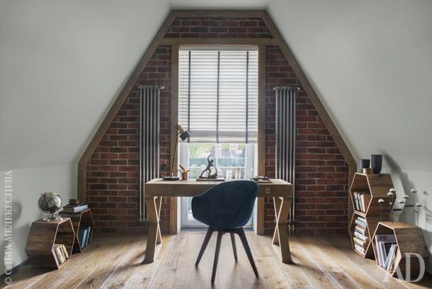 """Гостиная. Письменный стол, Eichholtz; стул, BoConcept; полки-шестигранники, Liberty Home; декор, """"Урбаника"""", Liberty Home."""