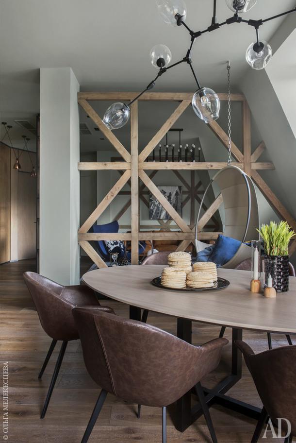 """Столовая. Стол выполнен на заказ по эскизам дизайнера; стулья, Deep House;текстиль BoConcept; декор, """"Урбаника"""", Liberty Home."""