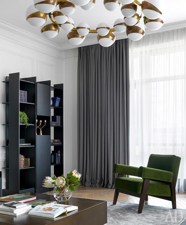 Фрагмент гостиной. Стеллаж, Driade; кресло сделано по эскизам дизайнера; стол, Meridiane.