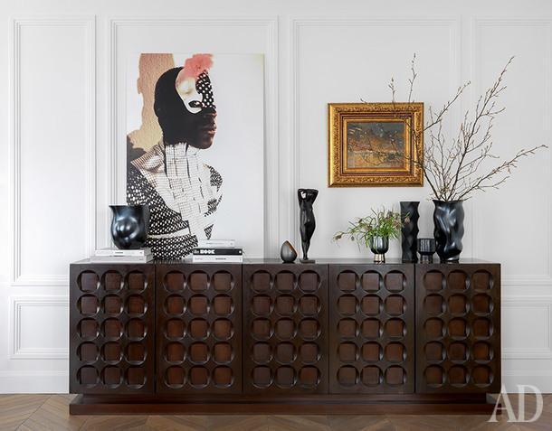 Фрагмент гостиной. На винтажном комоде, фоторабота Дарьи Марчик. На стене, картина Константина Коровина из серии