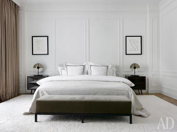 Спальня. Кровать, Meridiani, Интерьер Маркет; тумбы изготовлены в Риге, картины 60-х годов привезены из Нью-Йорка, ковер, Rug Company.