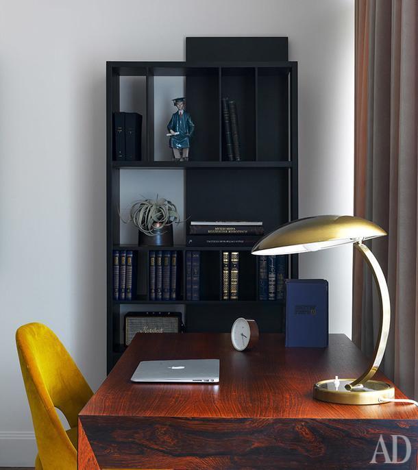 Кабинет. Стеллаж, Driade; лампа винтажная, 70-е годы; стул, Knoll.