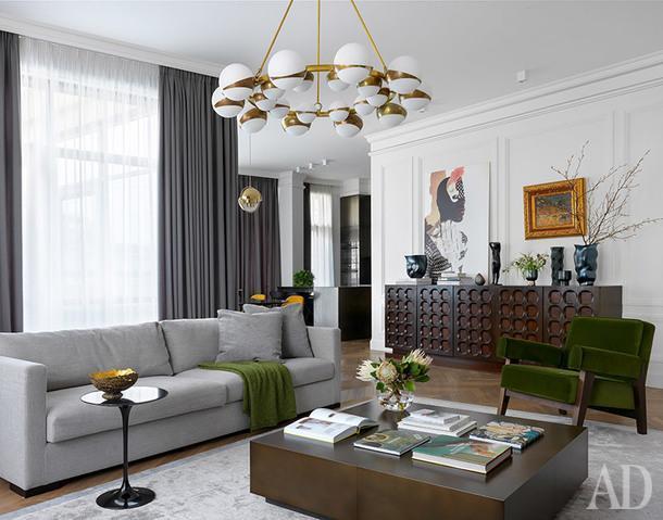 Гостиная. Диван и журнальный стол, Meridiani; черный столик, Сrate& Barrel; кресло сделано по эскизам дизайнера; ковер, Jerome Botanic; люстра, винтаж.