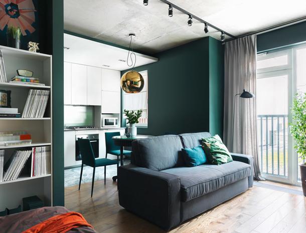 Зона гостиной. Кухонная мебель и раскладной диван, всеIKEA. Слева виден фрагмент двухсторонней системы хранения, которая разделяет зону спальни и прихожую.