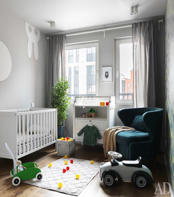 Первое время эта комната служила родительской спальней — Коротецкие делили еес новорожденным ребенком. Теперь это полноценная детская.