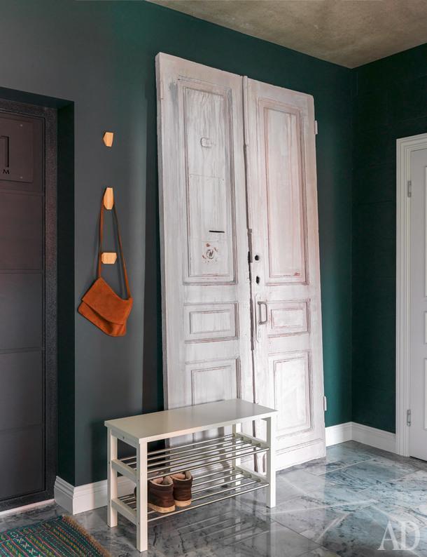 Старинные двери когда-то стояли в квартире на Якиманке. Коротецкие закрепили их на стене иустроили заними склад хозяйственных мелочей. Наполу — мрамор отечественного производства.