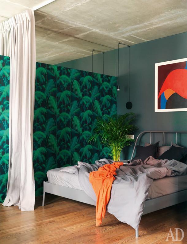 Зона спальни. Кровать, IKEA. Верхняя часть стены облицована зеркалом, чтобы зрительно расширитьпространство.