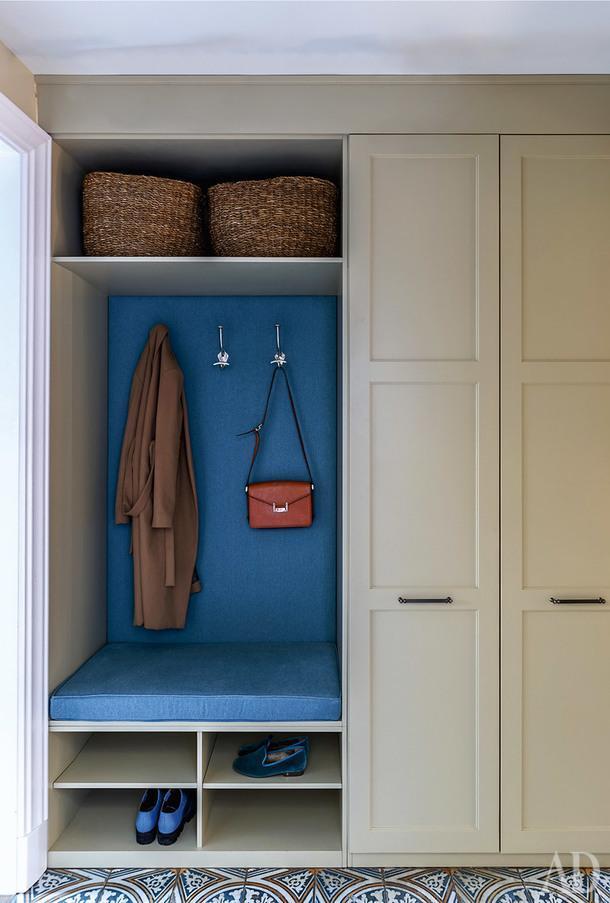 Фрагмент прихожей. Все вещи в квартире хранятся во встроенных шкафах. Этоодин из них.