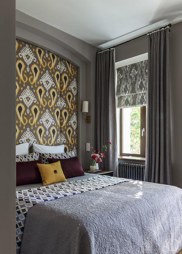 Фрагмент главной спальни. Панели на изголовье, Loffilab; шторы, Artique.
