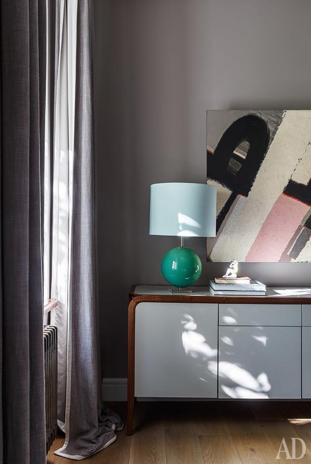 Фрагмент спальни. Лампа Elsie, Kate Spade; живопись, агентство Art.ru.