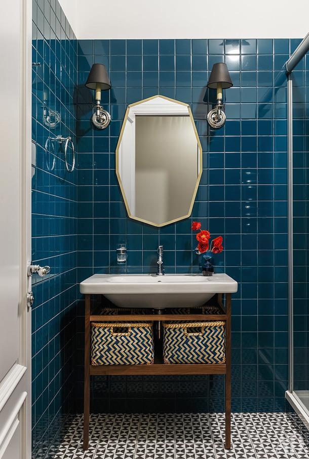 Ванная комната. Зеркало, Laura Ashley; умывальник, Duravit; бра, салон Design Place.