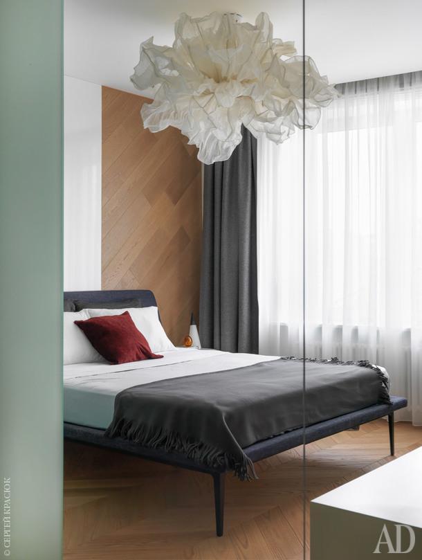 Спальня. Кровать, Lema; люстра Hive, Fandango.