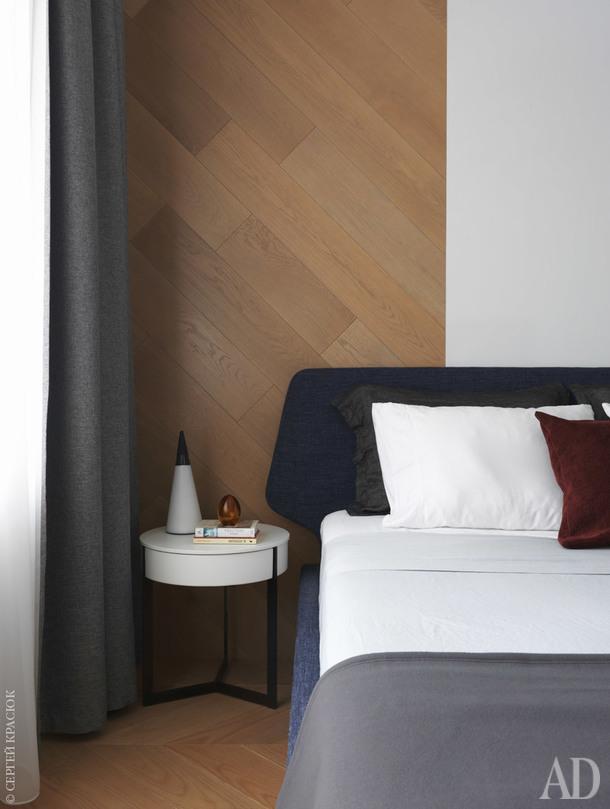Фрагмент спальни. Кровать и прикроватная тумбочка, Lema; настольная лампа, Nemo.
