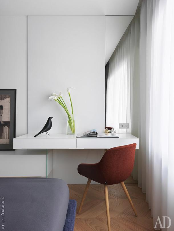 Фрагмент спальни. Консоль и стеновые панели сделаны на заказ; стул, Calligaris.