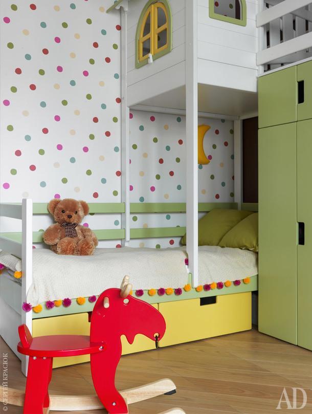 Детская комната. Мебель перевезена из предыдущей квартиры и перекрашена. Лось-качалка, IКЕА; обои в горошек, Borastapeter; плед связан вручную.