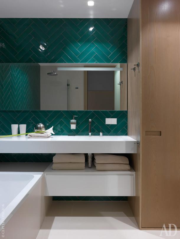 Ванная комната. Раковина, тумба, зеркало и шкаф сделаны на заказ; керамическая плитка, Cevica; керамогранит, Laminam; декоративный шар, Global Views.