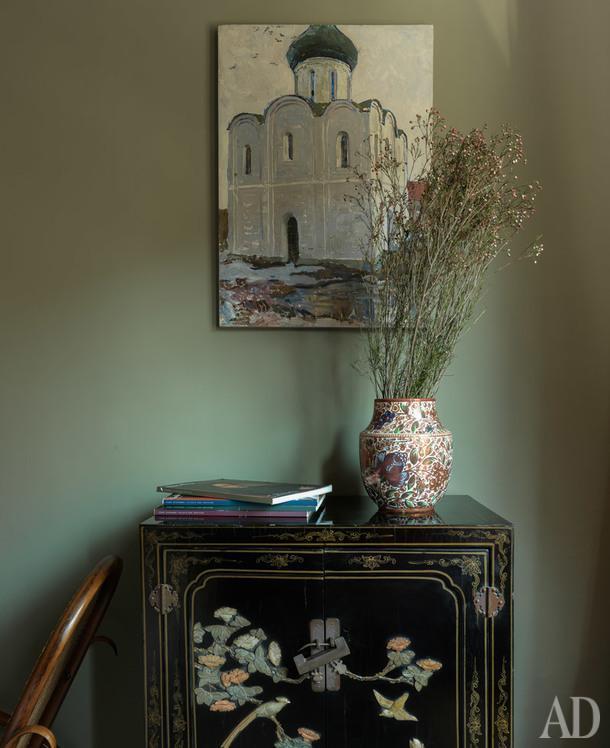 На стене, эскиз картины заслуженного художника России Иосифа Павлишака. Плетеное кресло-качалка и ваза, наследство от бабушки; китайский бельевой шкаф, антиквариат.