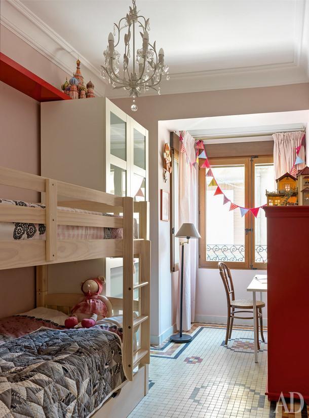 Комната старших детей. Пол сохранился от старого интерьера. Стул и торшер— бабушкино наследство.