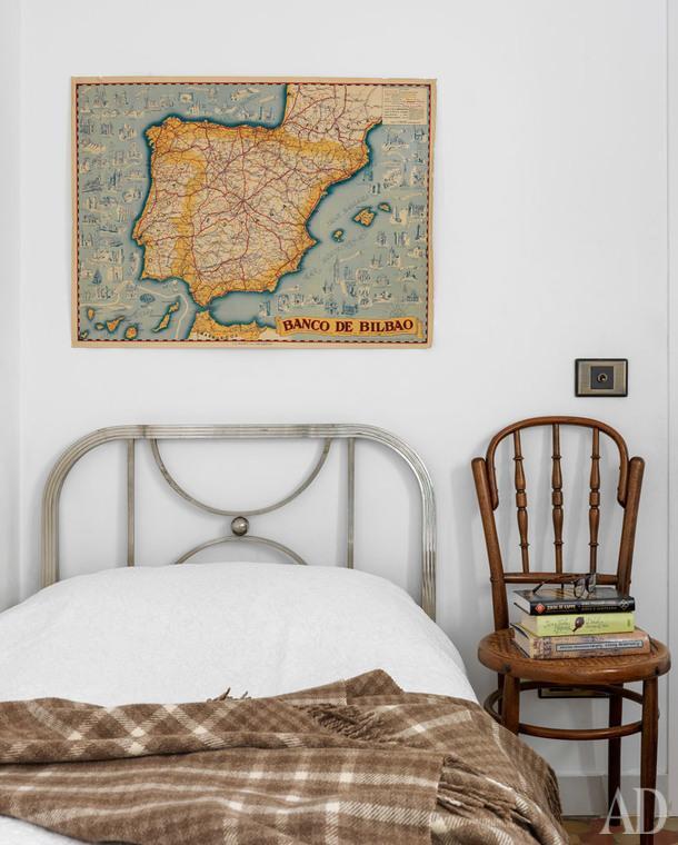 Детская комната. Металлическая кровать, винтаж; на стене, карта Испании.