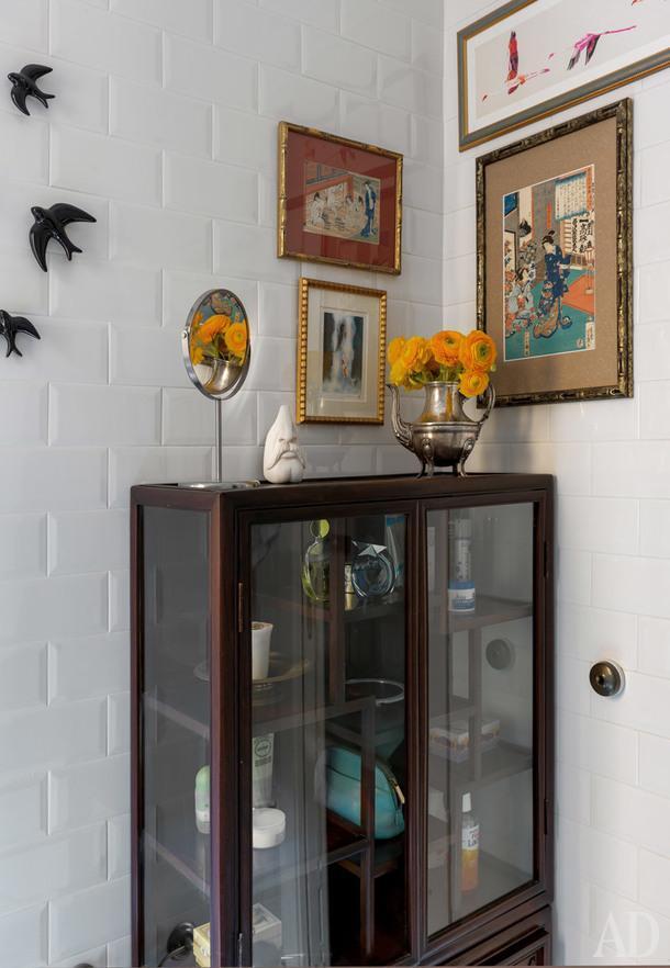 Фрагмент ванной комнаты. Китайский шкаф из антикварного магазина из Андалусии. Серебряный французский кофейник используется как ваза.<br /> Коллекция японских гравюр укие-э, ласточки, вылетающие в окно, валенскийский магазин Simple.