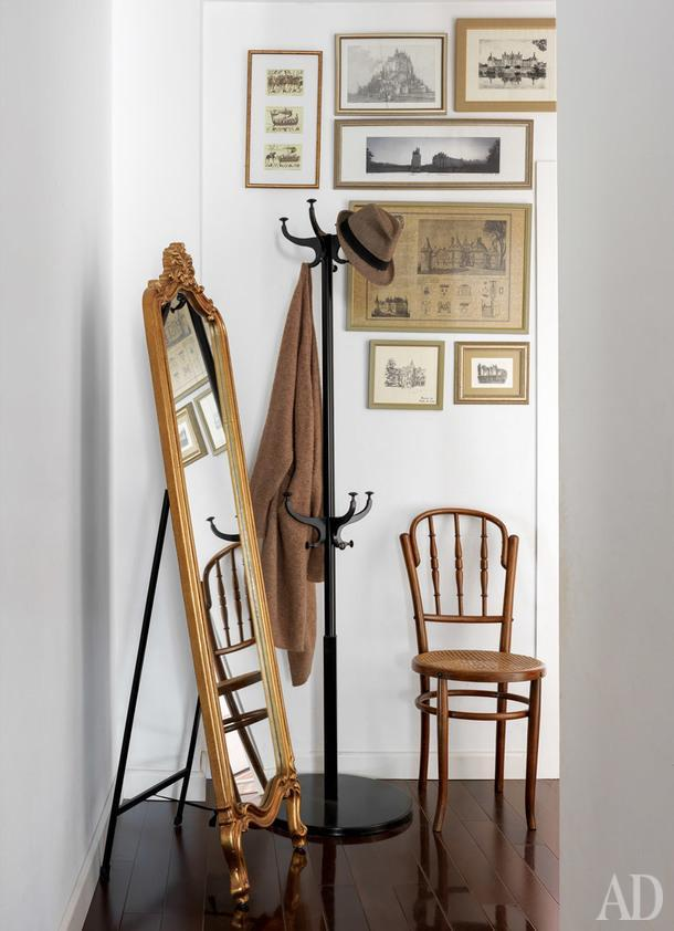 Вид на прихожую. Вешалка, IKEA; на стене, тематическая gallery wall из поездки по Франции.