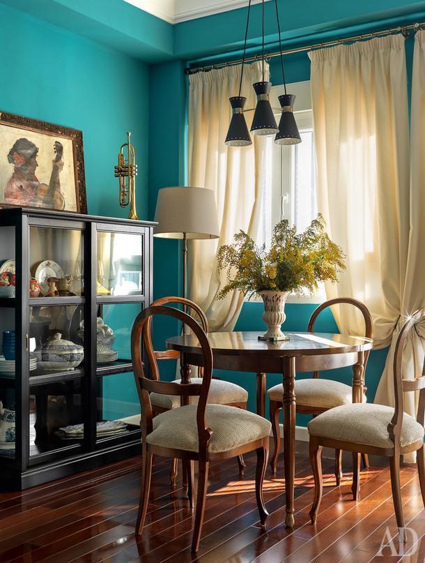 Столовая. Стулья в стиле королевы Изабель купила Ольга, а стол достался отбабушки.