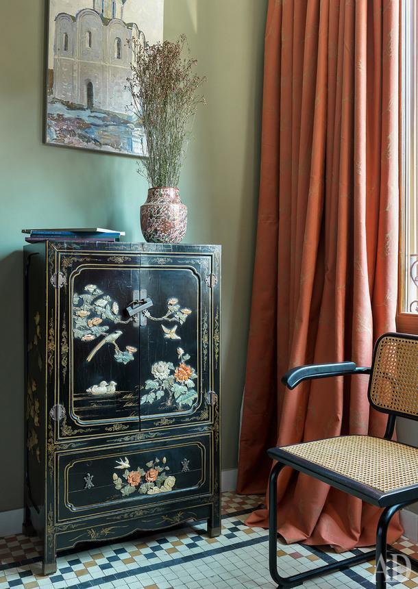 Фрагмент спальни. Китайский шкафчик Ольга купила на барахолке. Над ним— картина Иосифа Павлишака. Стул с eBay.