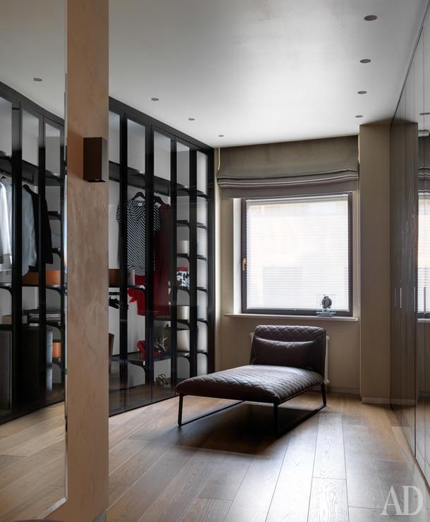 Гардеробная. Мебель для гардеробной, Rimadesio; кушетка, Gubi; встраиваемые светильники, Delta Light.