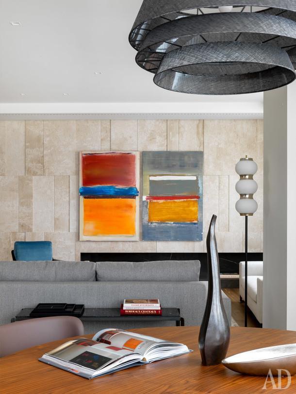 Вид из зоны столовой в гостиную. Диван и консоль, Molteni; светильник, Cattelan Italia; торшер винтажный; керамические вазы, BoConcept и Atribute.