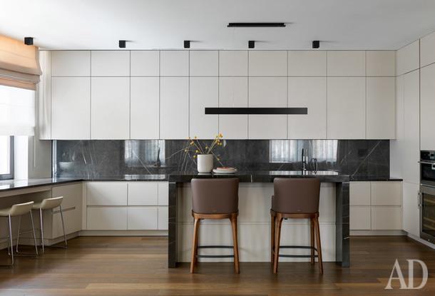 Кухня. Кухонная мебель, Cesar; барные стулья, Cattelan Italia; стулья у окна, Gubi; потолочные светильники, Delta Light; подвесной светильник, Molto Luce; вазы, BoConcept.