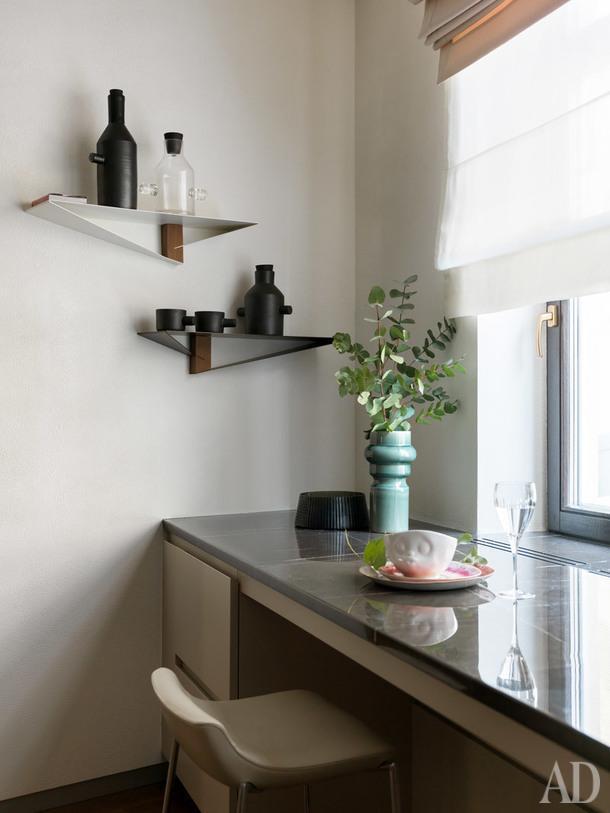Фрагмент кухни. Стулья, Gubi; кухонная консоль, Cesar.