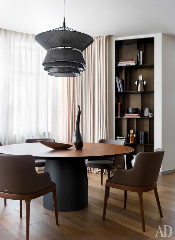 Столовая. Обеденный стол, стулья и светильник, Cattelan Italia; стеллаж, De Castelli; вазы на столе, Atribute.