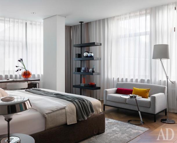 Фрагмент главной спальни. Стеллаж, Porada; диван, Meridiani; торшер, Chelsom.