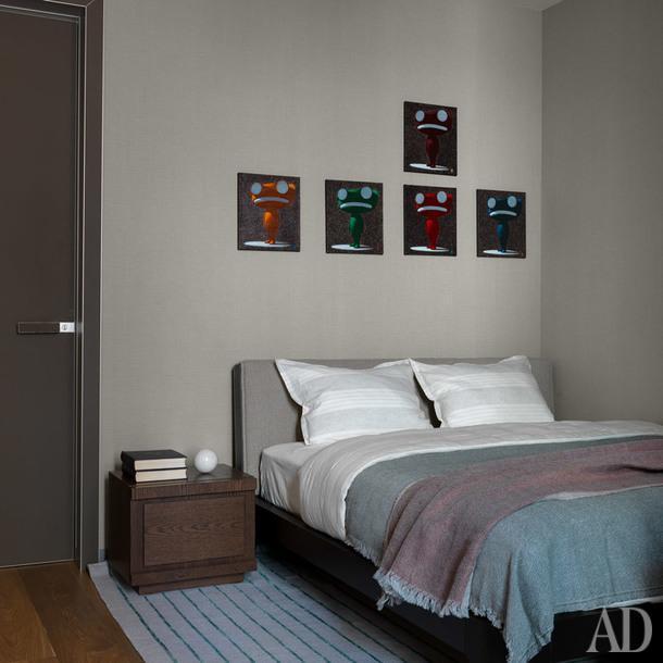 Спальня. Кровать, Meridiani; прикроватная тумбочка, Mobilidea; постельное белье, Amalia Home Collection; покрывала, LeLin; ковер, Jerome Botanic; дверь, Rimadesio.