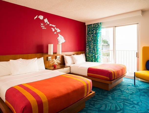 Неоновый тропический отель на Гавайских островах